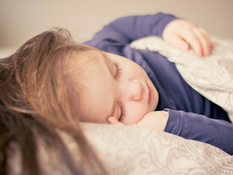 婴儿吐奶怎么回事 帮助孩子拍嗝的方法